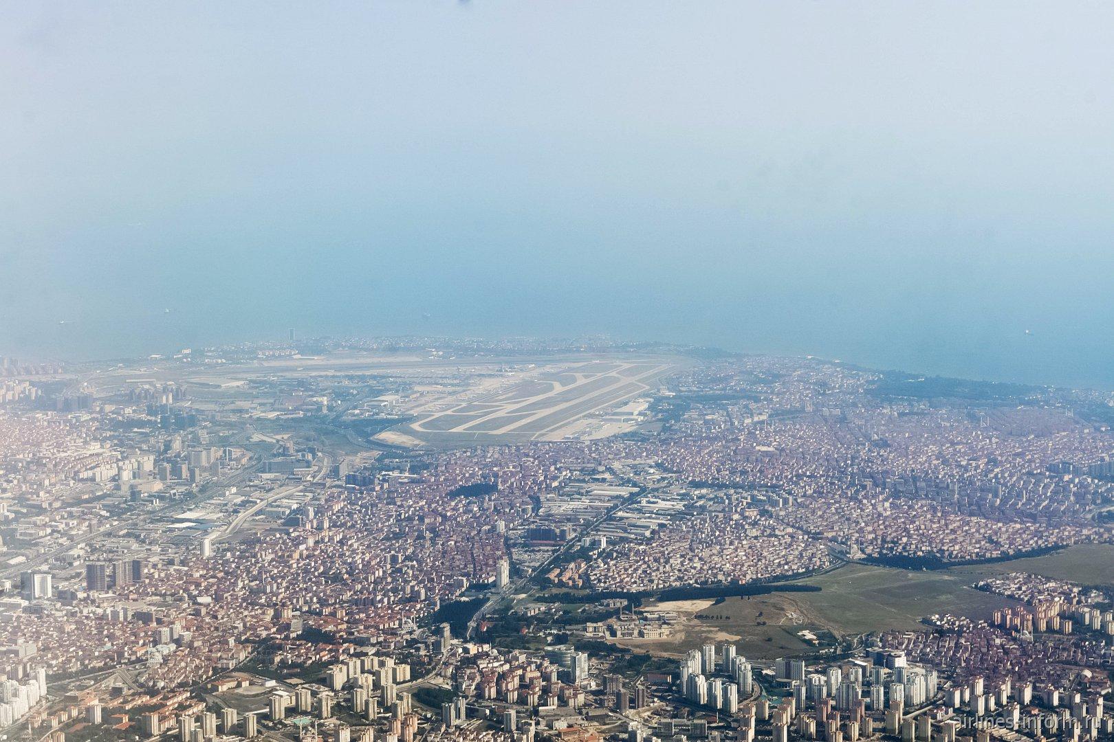 Вид на аэропорт Стамбул Ататюрк после взлета