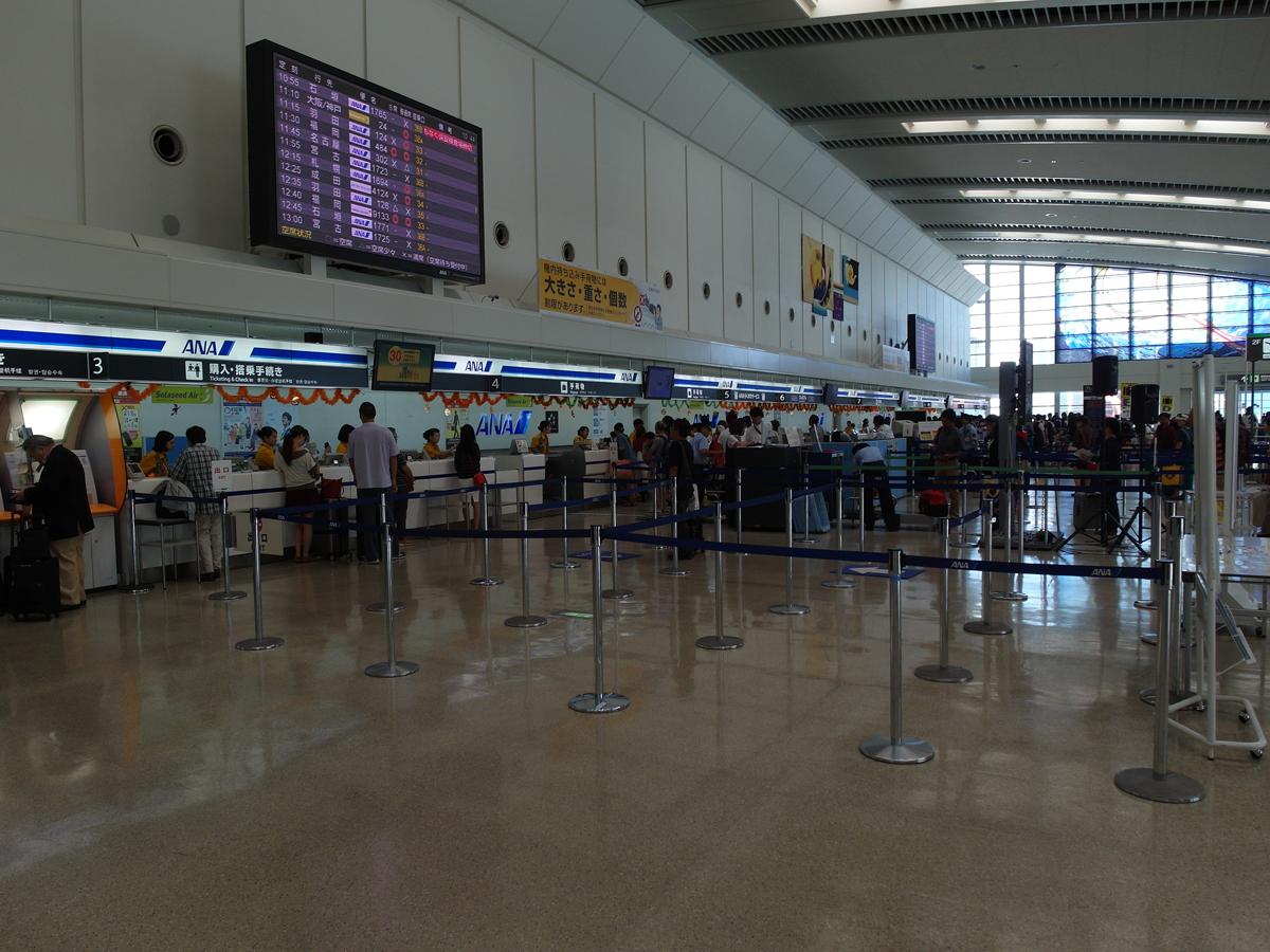 Стойки регистрации авиакомпании ANA в аэропорту Наха
