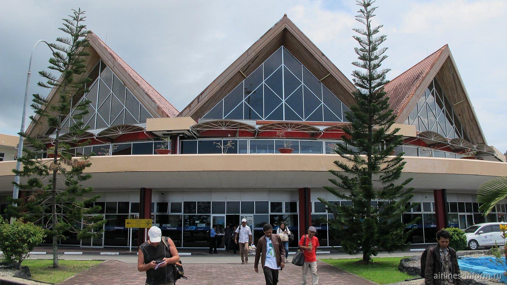 Вид с перрона на пассажирский терминал аэропорта Амбон Паттимура