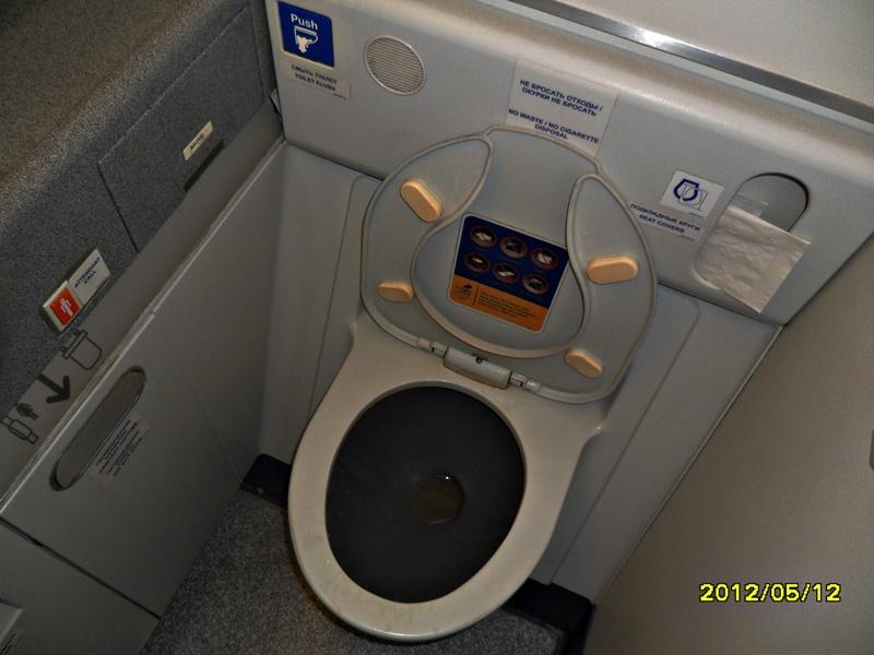 Туалет в самолете Боинг-777-200 Трансаэро