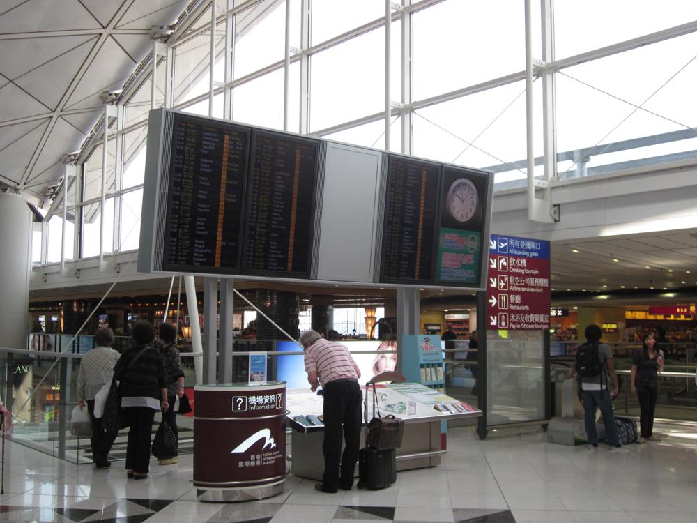 Информационное табло в аэропорту Гонконга