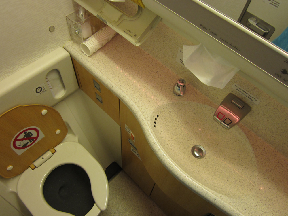 Туалет самолета Боинг-777-300 Эмирейтс