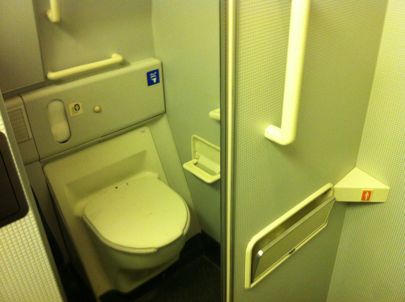 Туалет самолета Боинг-777-200 авиакомпании Korean Air