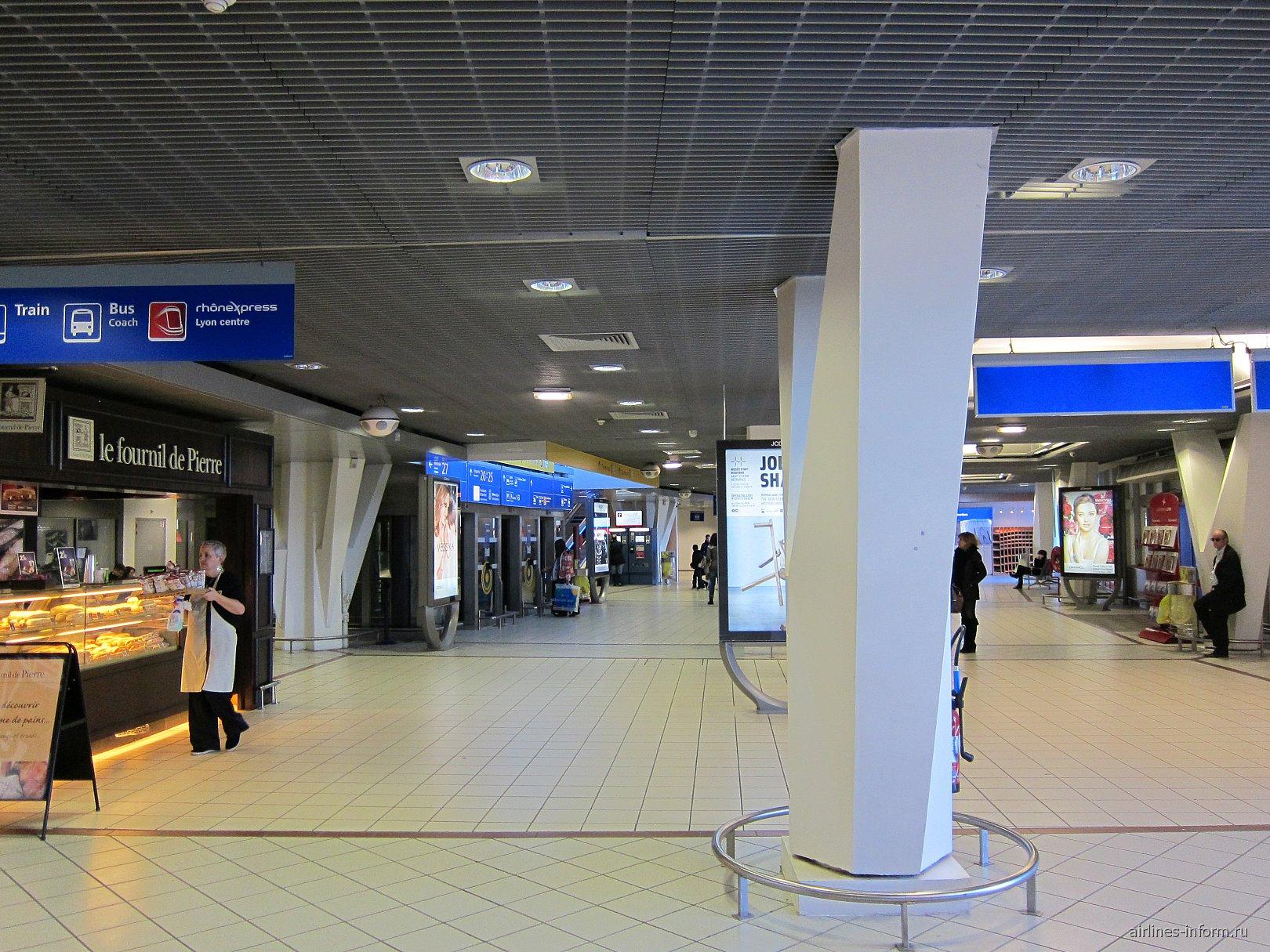 В зоне прилета терминала 2 аэропорта Лион Сент-Экзюпери