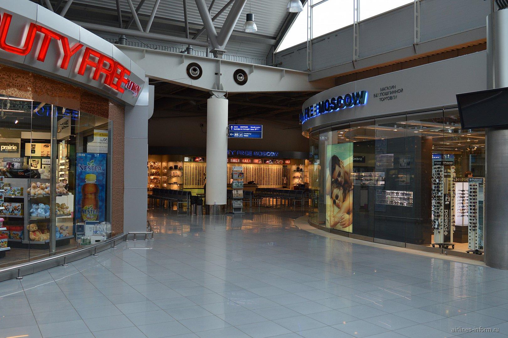 Магазины беспошлинной торговли в чистой зоне терминала B аэропорта Внуково