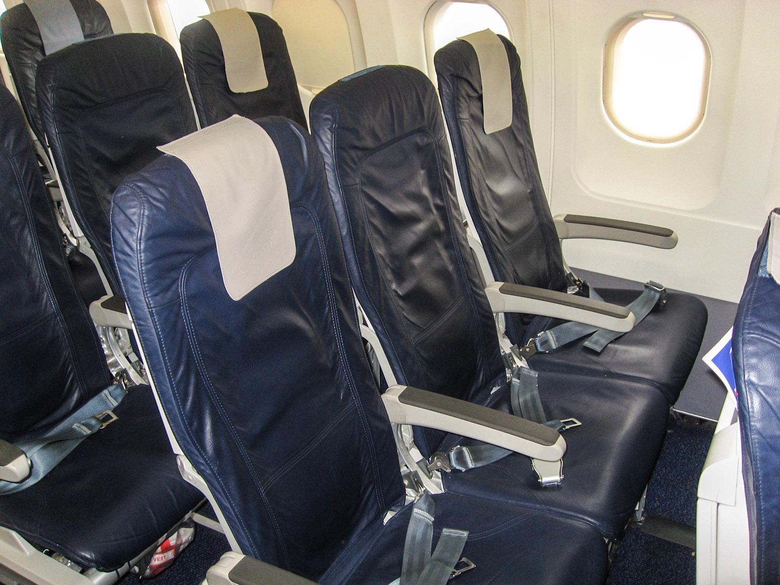 Пассажирские кресла в самолете Airbus A320 Брюссельских авиалиний