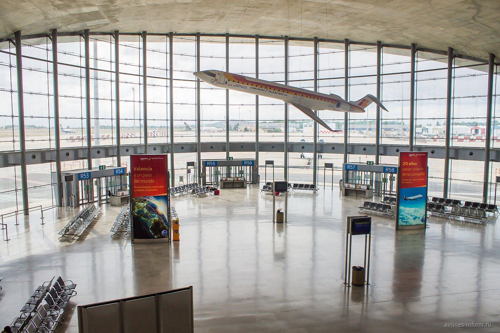Зона выходов на посадку региональных рейсов в аэропорту Валенсия