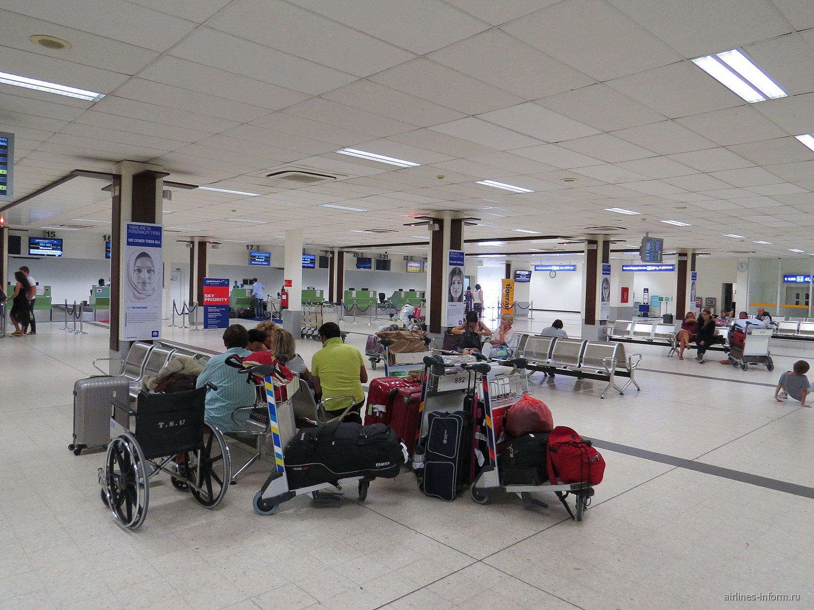 Зал регистрации на вылетающие рейсы в аэропорту Мале