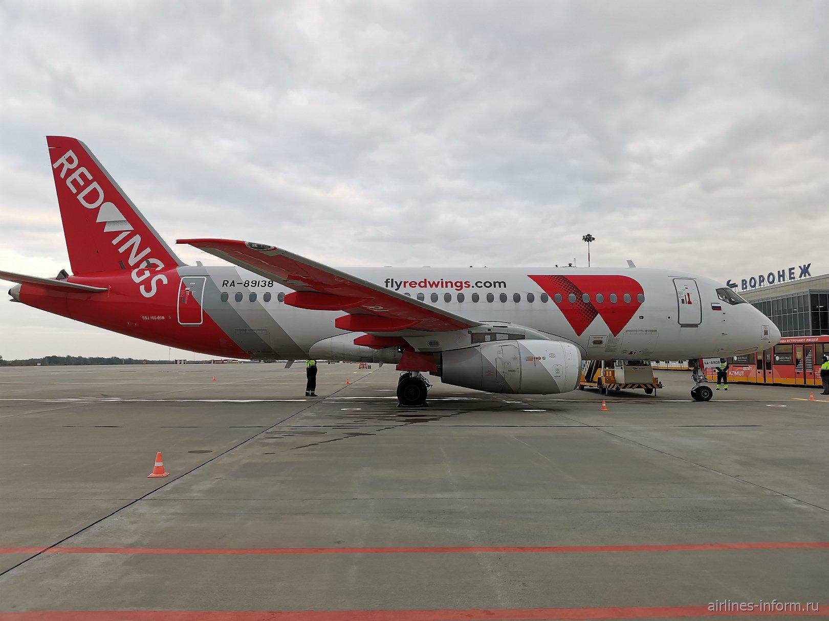Авиалайнер Сухой Суперджет-100 RA-89138 в аэропорту Воронеж