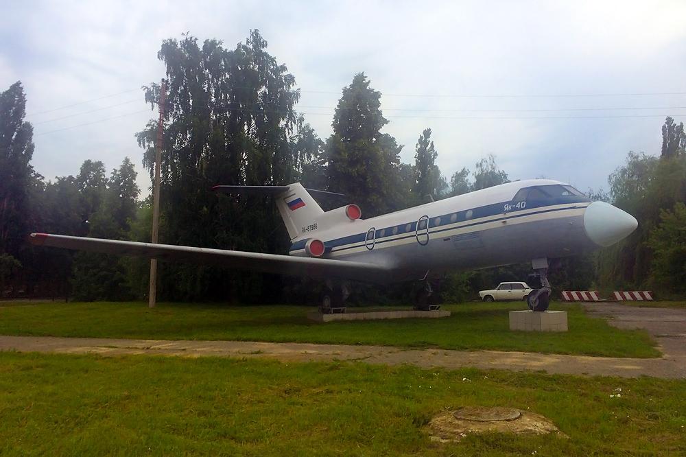 Памятник самолету Як-40 в аэропорту Липецк