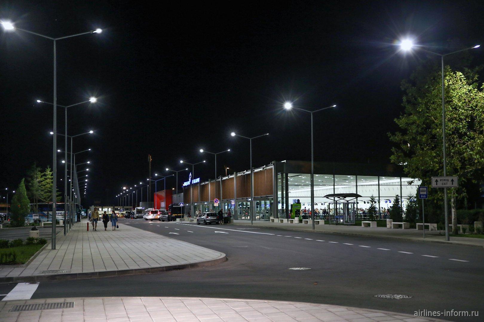 Пассажирский терминал аэропорта Бургас ночью