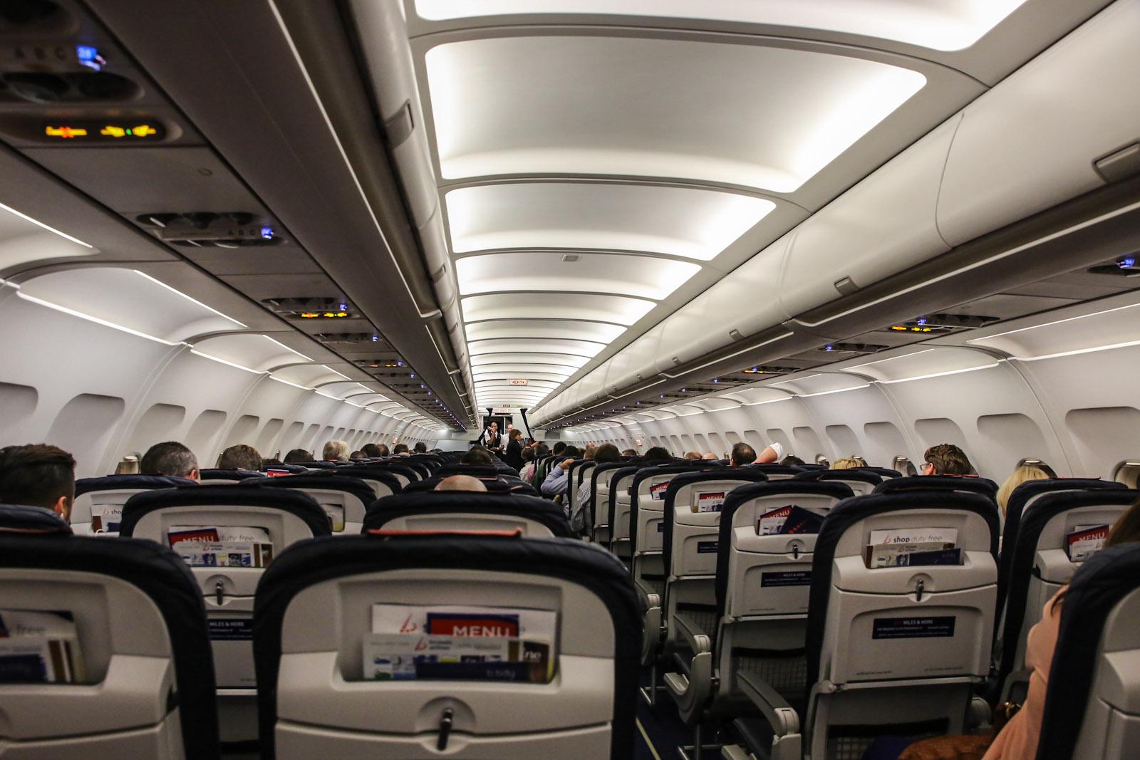 В салоне самолета Airbus A320 Брюссельских авиалиний