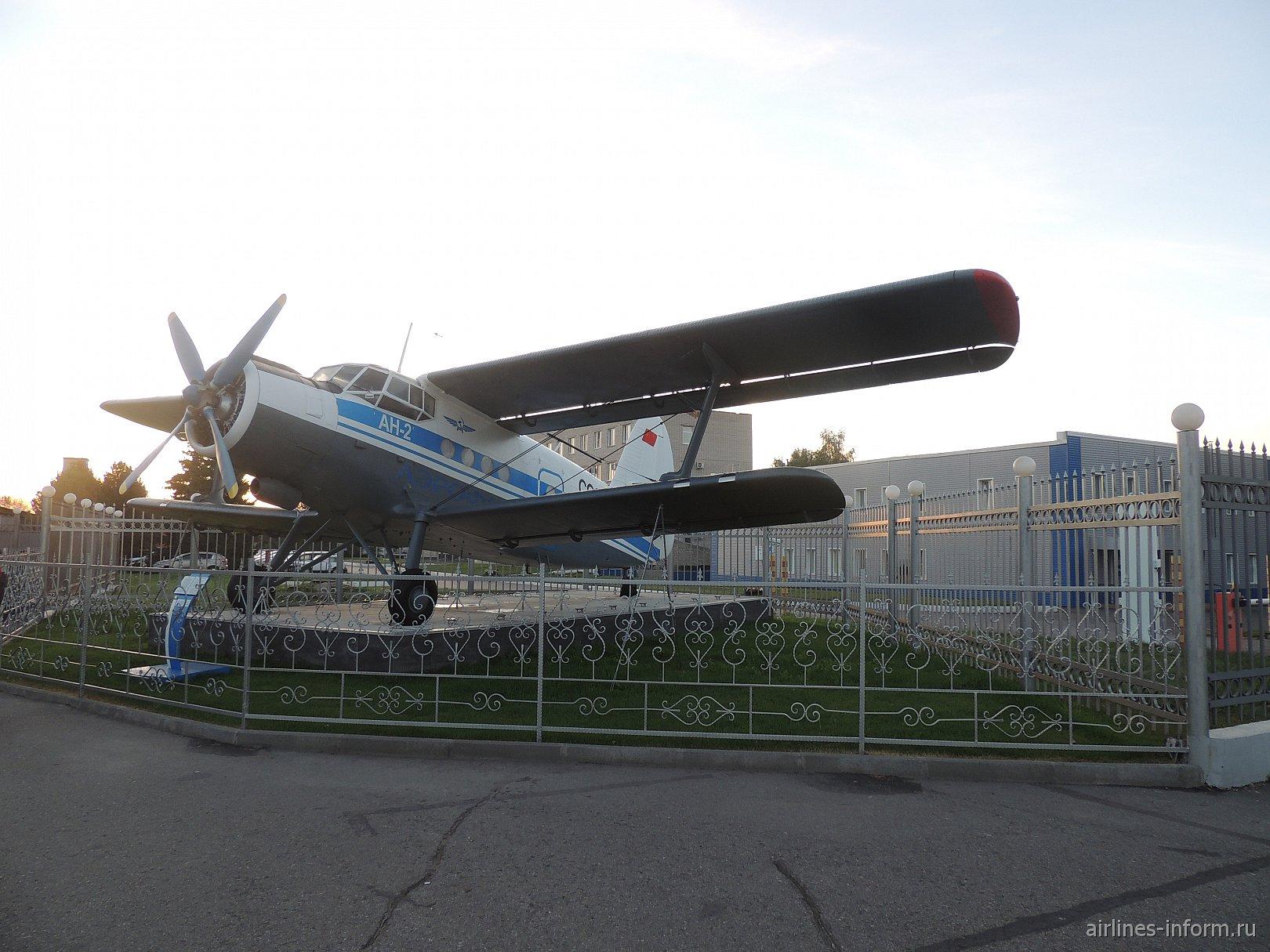Самолет-памятник Ан-2 в аэропорту Барнаула