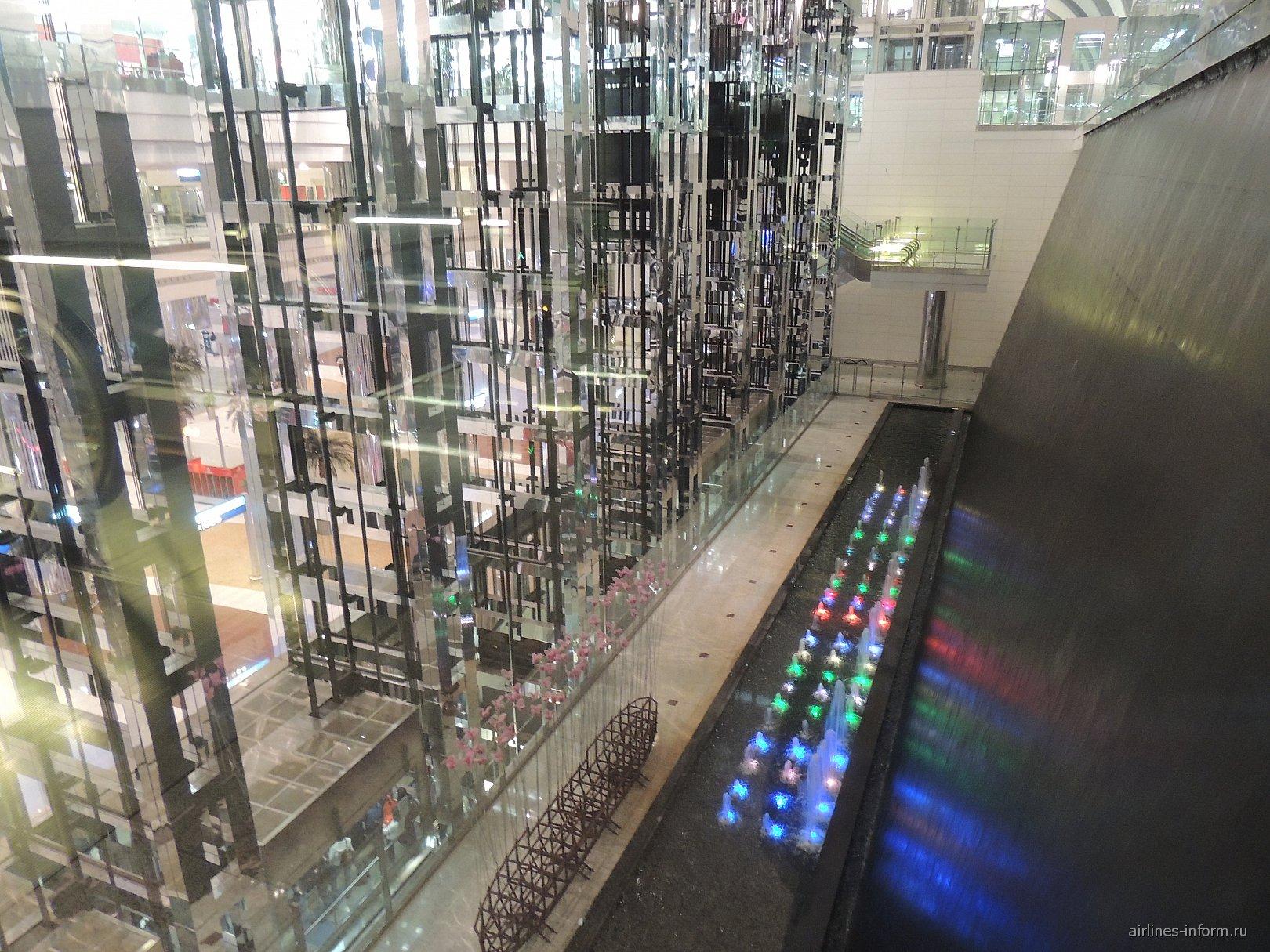 Водопад и лифты в аэропорту Дубай