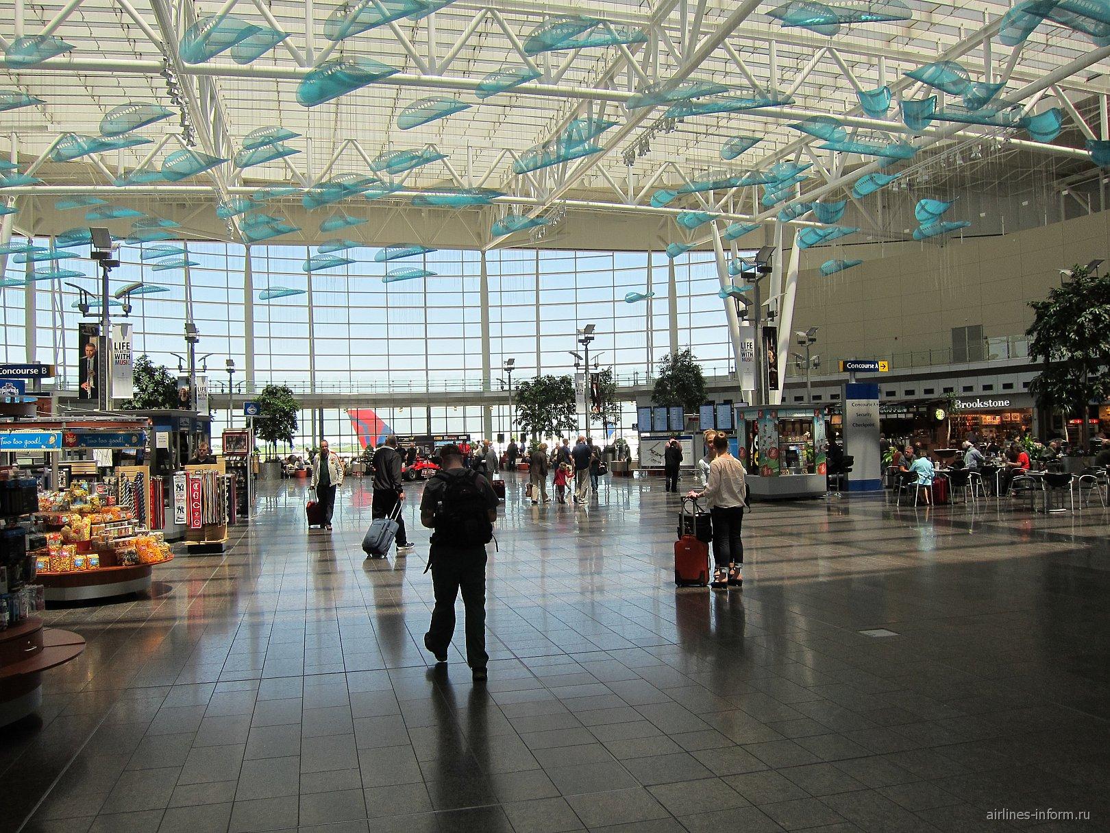 Центральный холл пассажирского терминала в аэропорту Индианаполиса