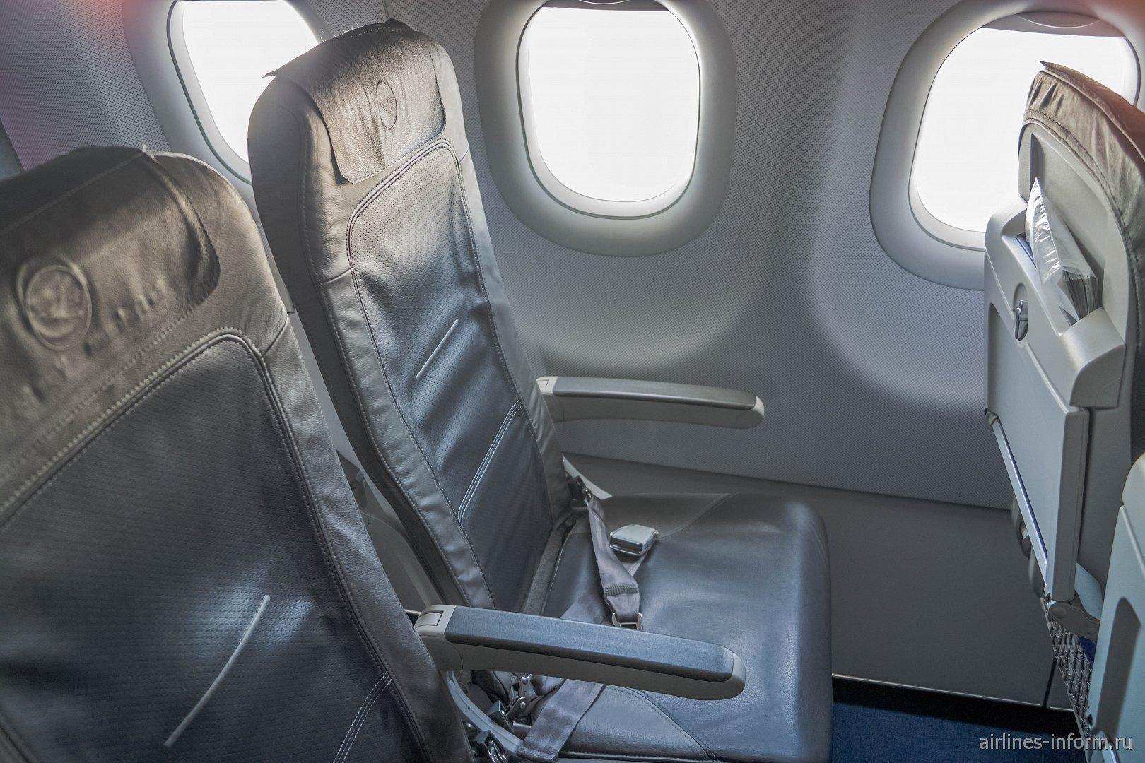 Пассажирские кресла в самолете Airbus A320 авиакомпании Lufthansa