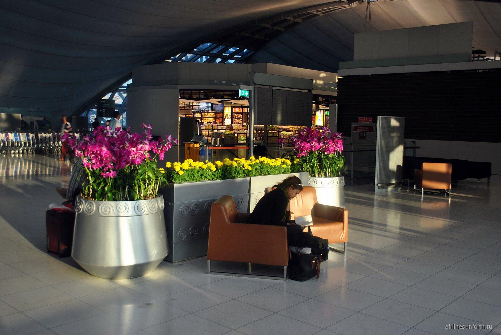 Клумбы с цветами в аэропорту Бангкок Суварнабуми