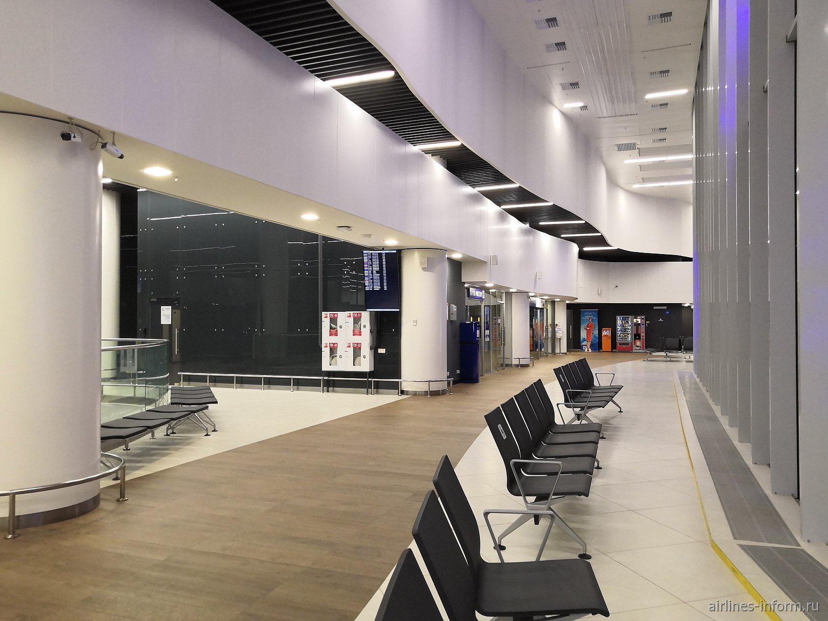 Переход из левой части терминала в правую в аэропорту Нижний Новгород Стригино