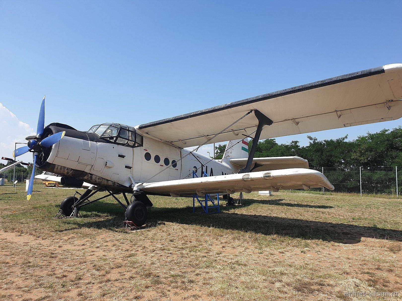Самолет Ан-2 HA-MHI авиакомпании Malev в музее аэропорта Будапешта