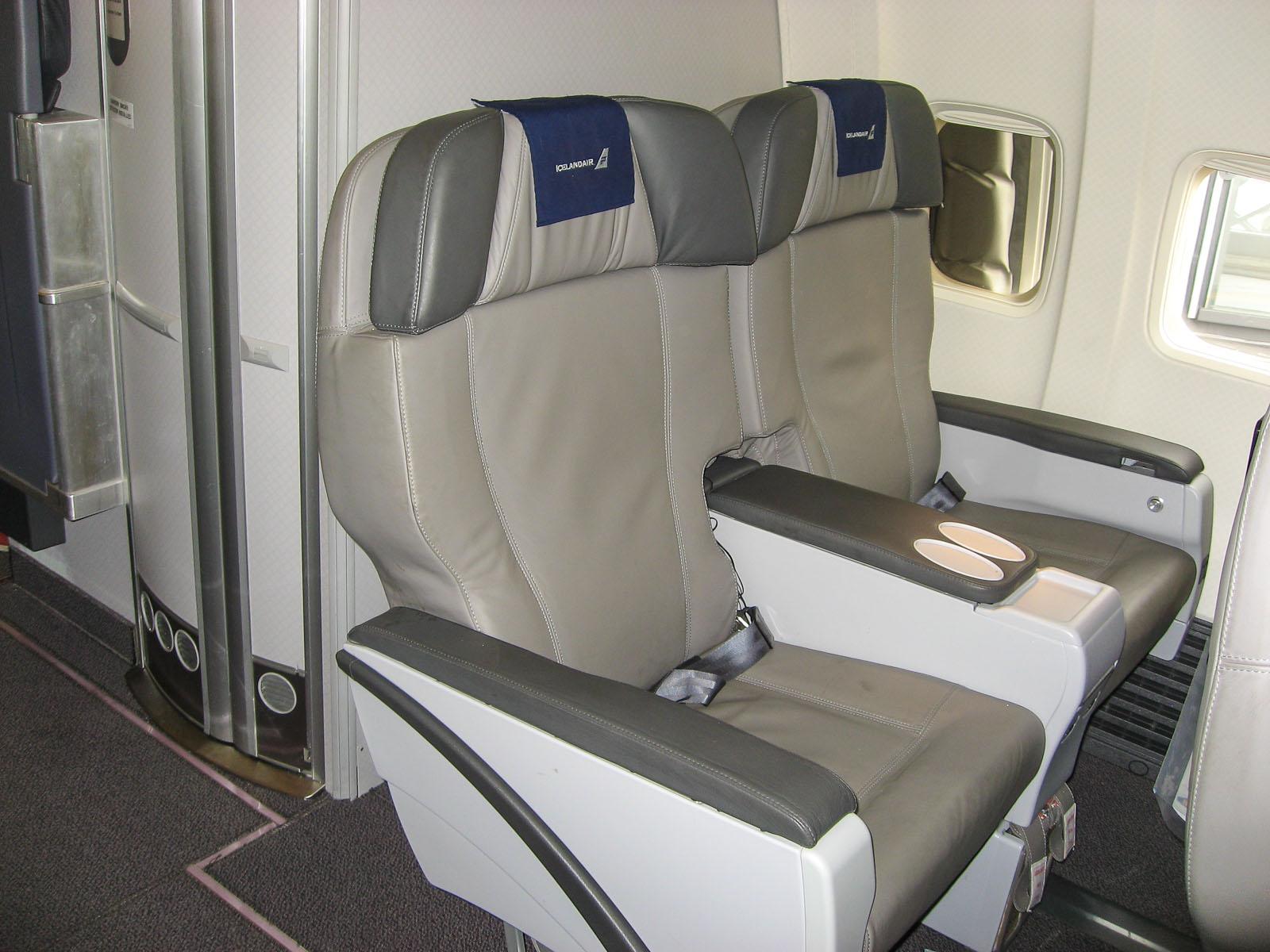 Кресла бизнес-класса в самолете Боинг-757-200 авиакомпании Icelandair