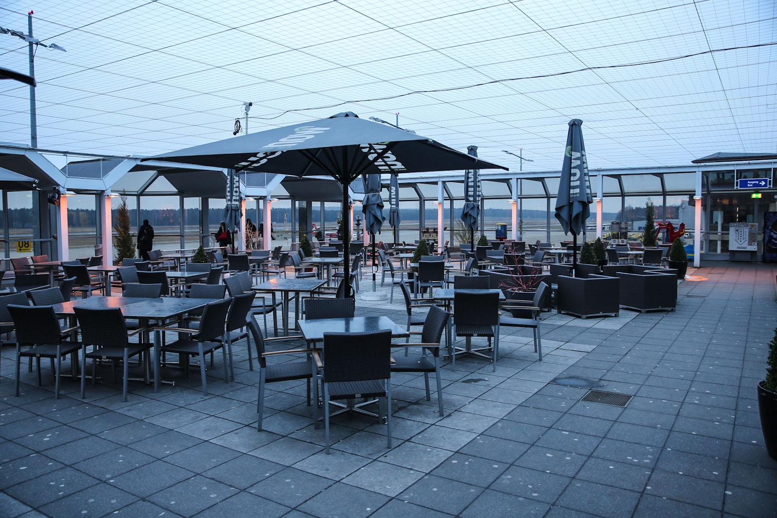 Кафе с видом на летное поле в аэропорту Нюрнберг