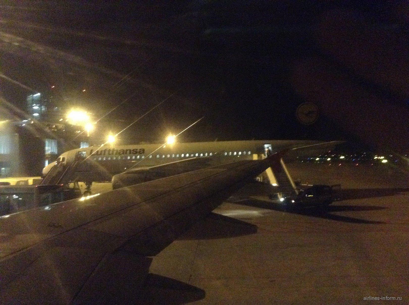 Когда приземлились подъехал Airbus Lufthansa