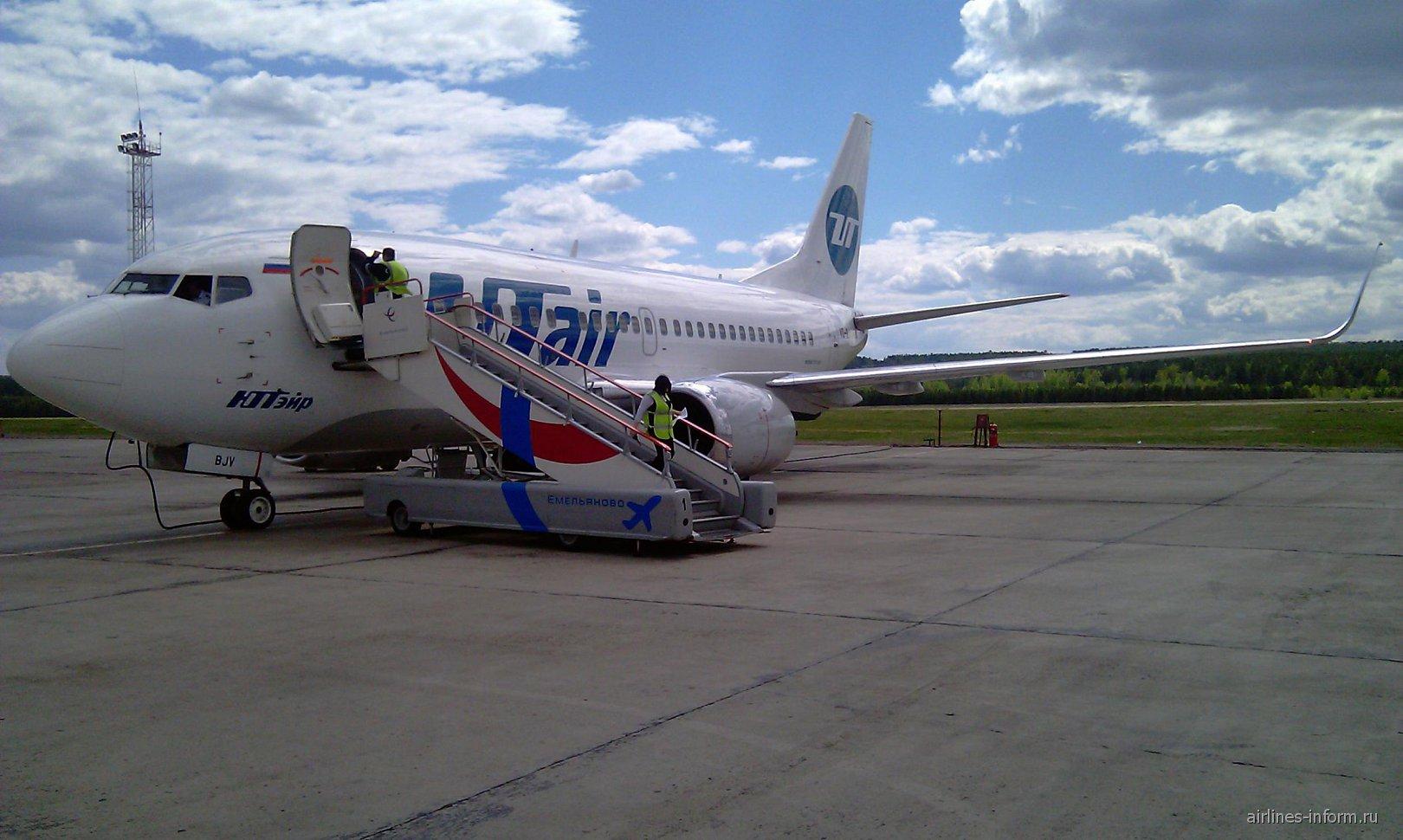 Боинг-737-500 авиакомпании ЮТэйр в аэропорту Красноярска