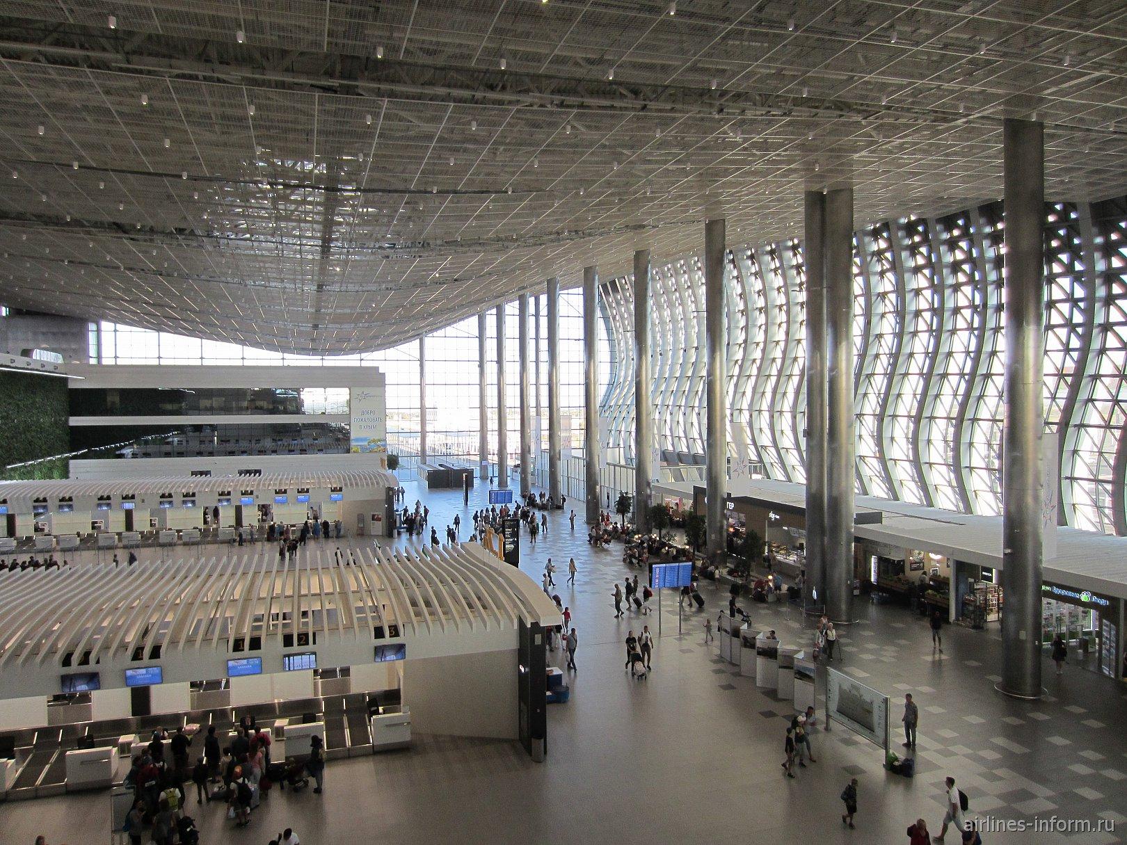 Общий вид пассажирского терминала аэропорта Симферополь со смотровой площадки на 3-м этаже