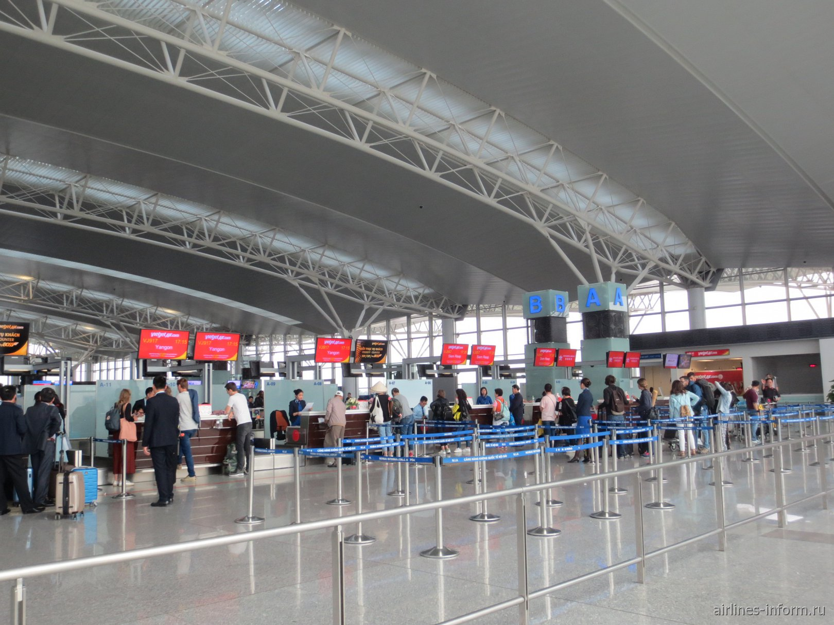 Стойки регистрации в международном терминале аэропорта Ханой Ной Бай