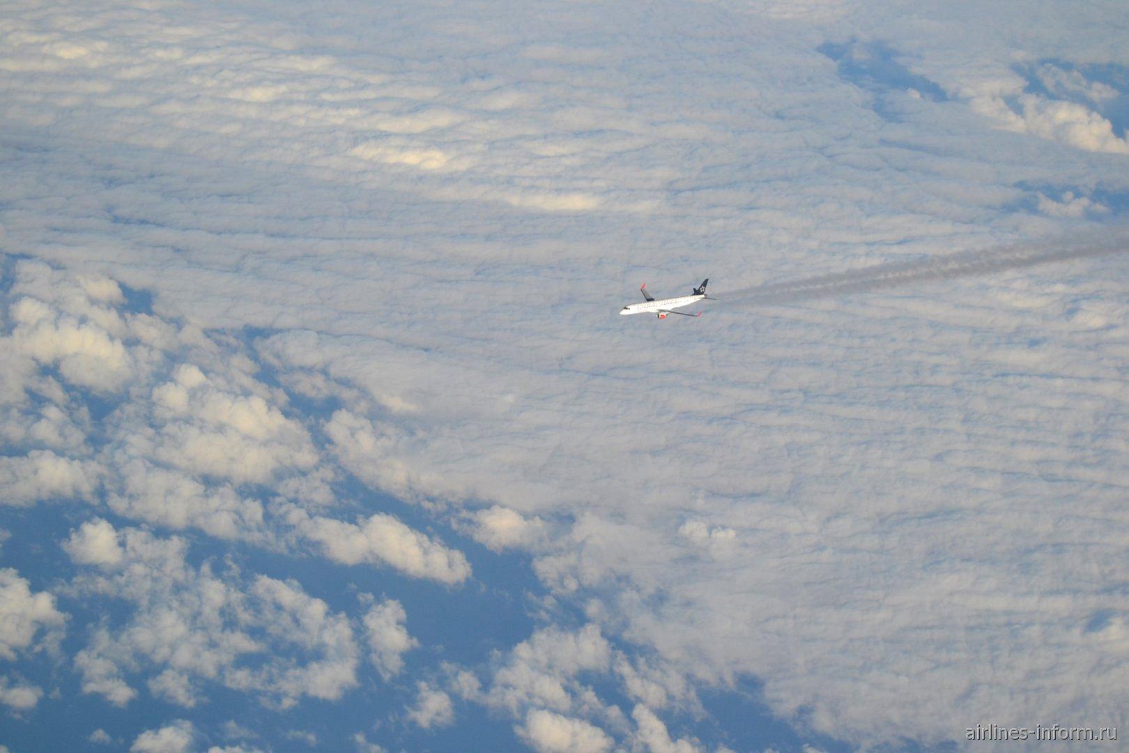 Самолет Embraer 190 на эшелоне