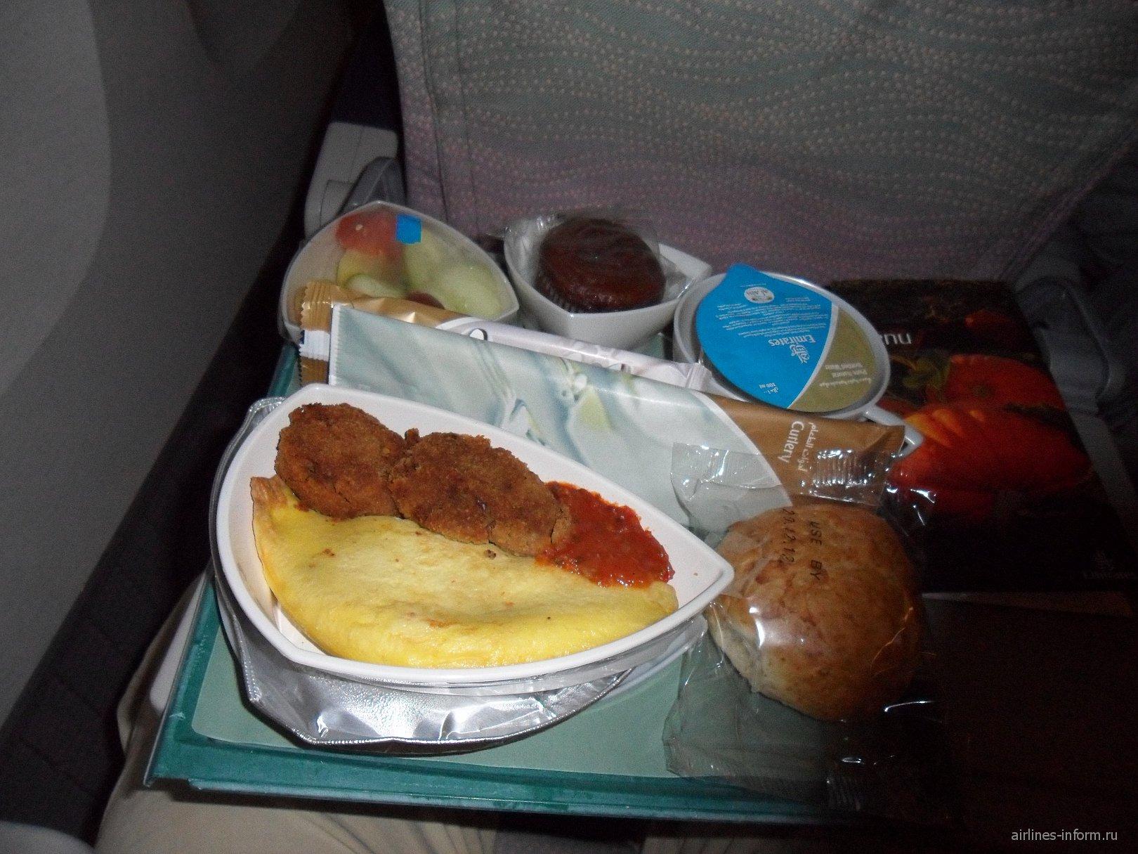 Питание на рейсе Emirates Дели-Дубай