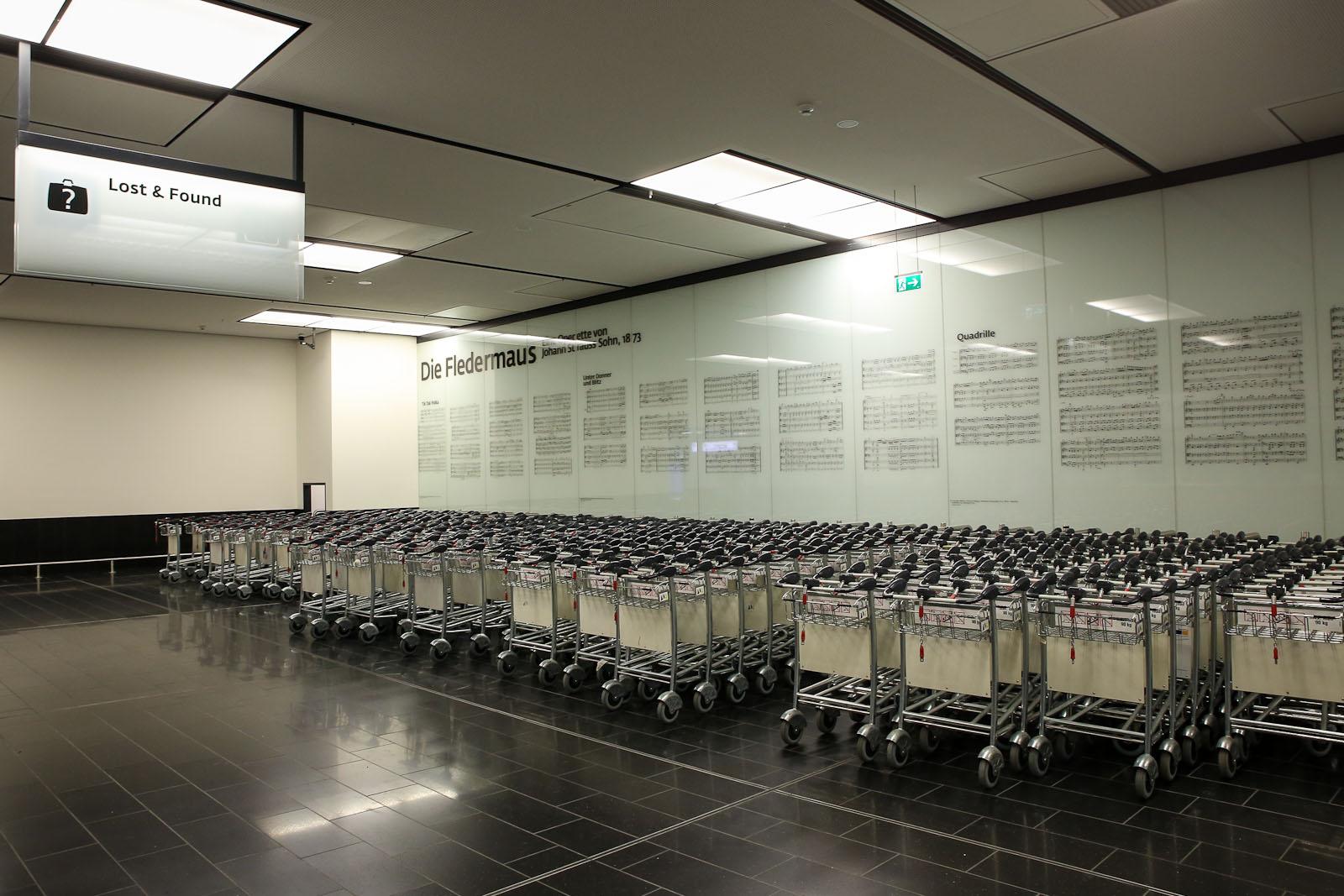 Тележки для багажа в зале прилета в аэропорту Вена Швехат