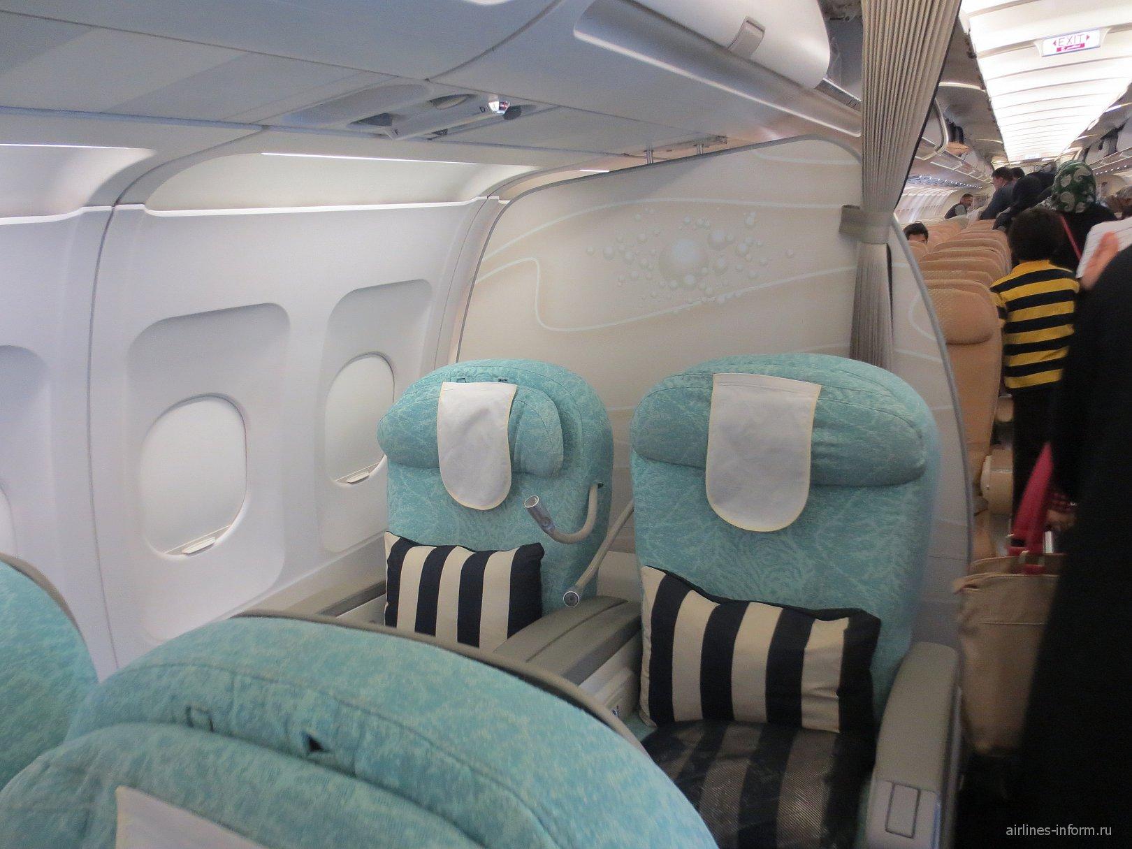 Салон бизнес-класса в самолете Airbus A320 авиакомпании Etihad Airways