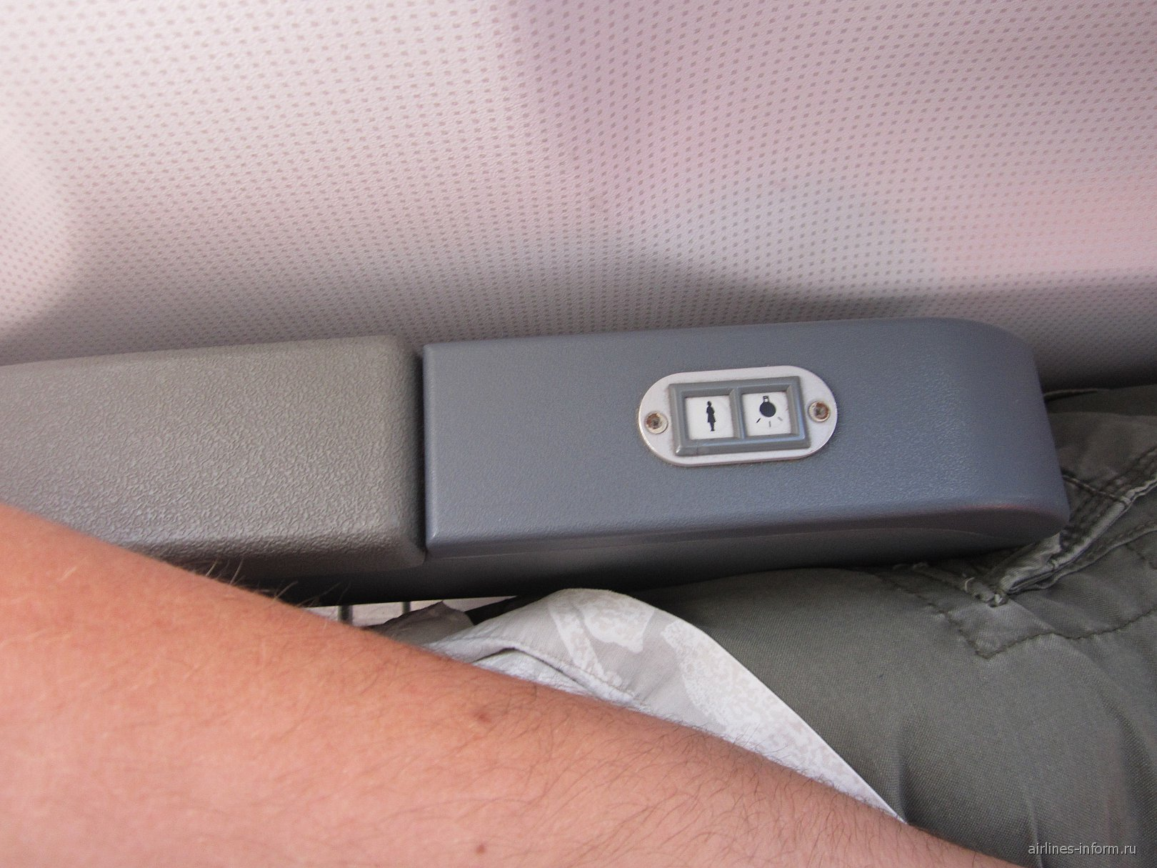 прокол конструкторов, кто додумался кнопки вызова расположить на подлокотнике? при малейшем касании рукой срабатывал сигнал