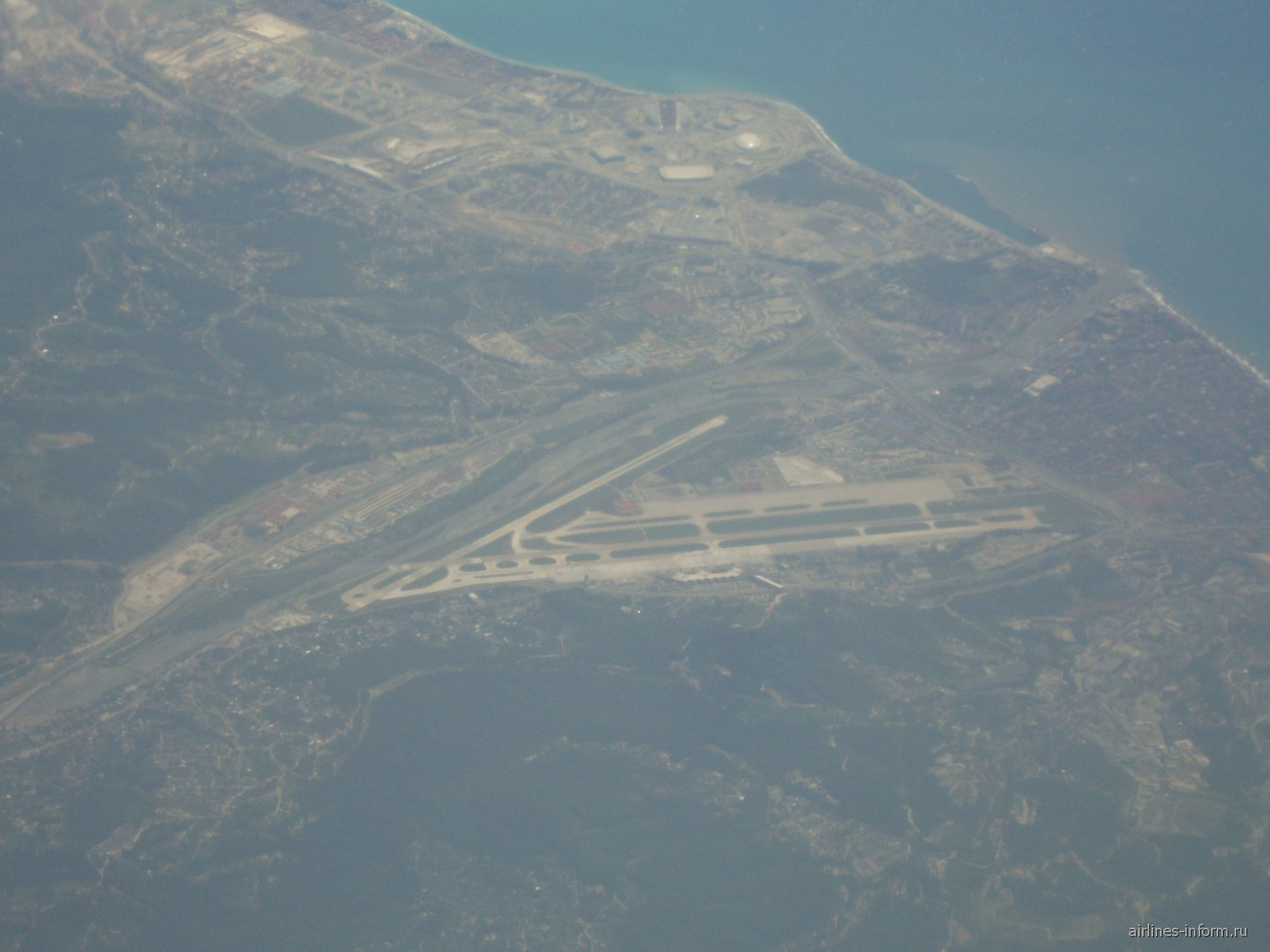 Вид из самолета на аэропорт Сочи