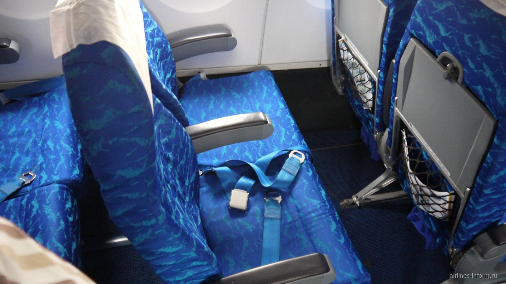 Пассажирские кресла в самолете Ан-158 авиакомпании Cubana