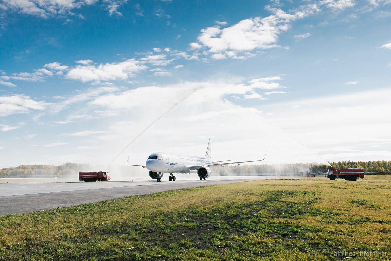 """""""Водяная арка"""" в честь прибытия первого пассажирского рейса в аэропорт Тобольск Ремезов"""