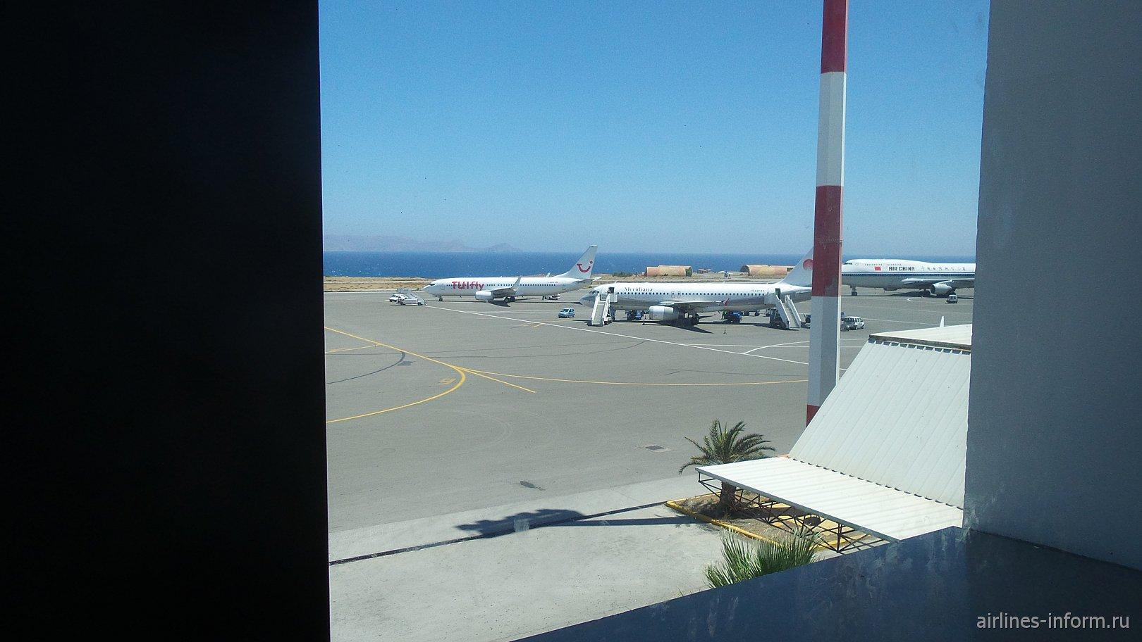 Стоят:Боинг 737-800 TUIFly,A320 Meridiana и Джабо Джет Air China.