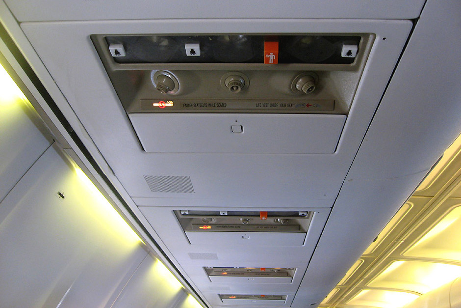 Панель над пассажирским креслом в самолете Боинг-737-500