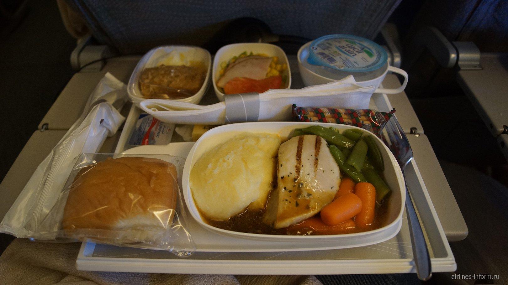 Питание для пассажиров экономического класса на рейсе Дубай-Москва авиакомпании Emirates