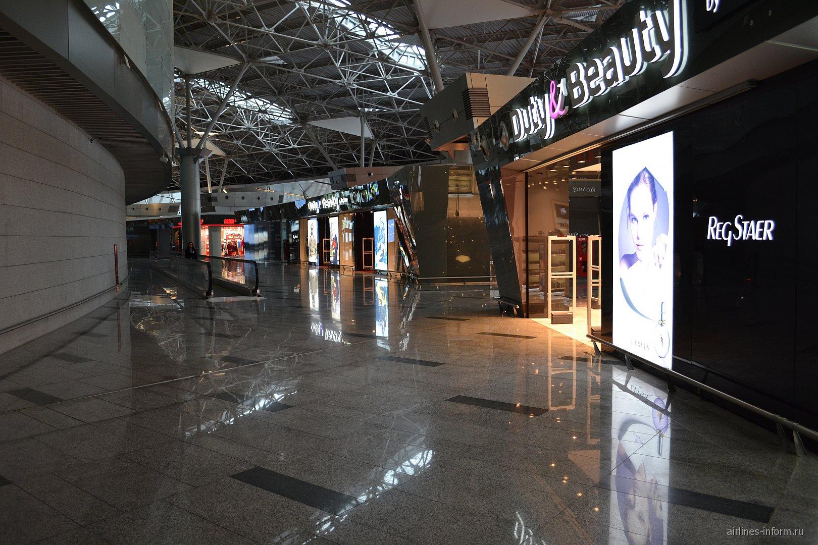 Магазины в чистой зоне вылета внутренних рейсов терминала А аэропорта Внуково