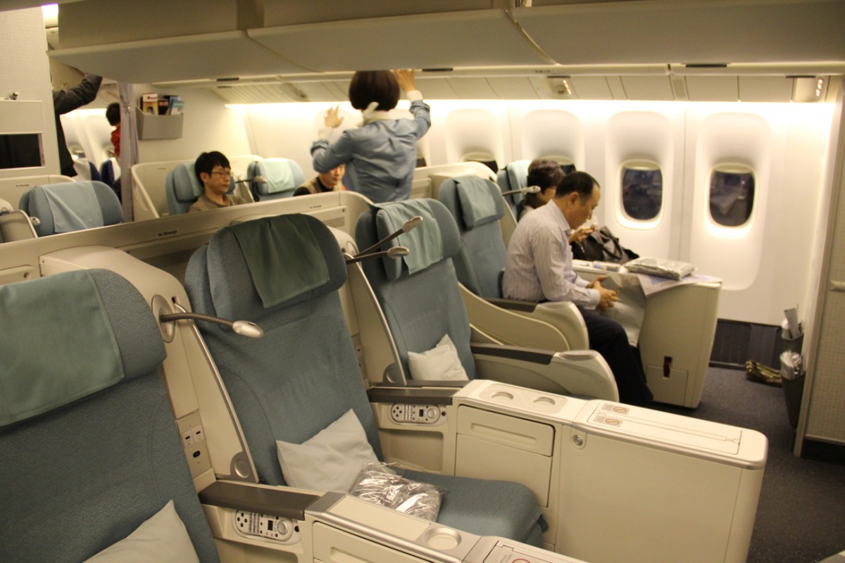 Business class cabin of Korean Air Boeing 777-200
