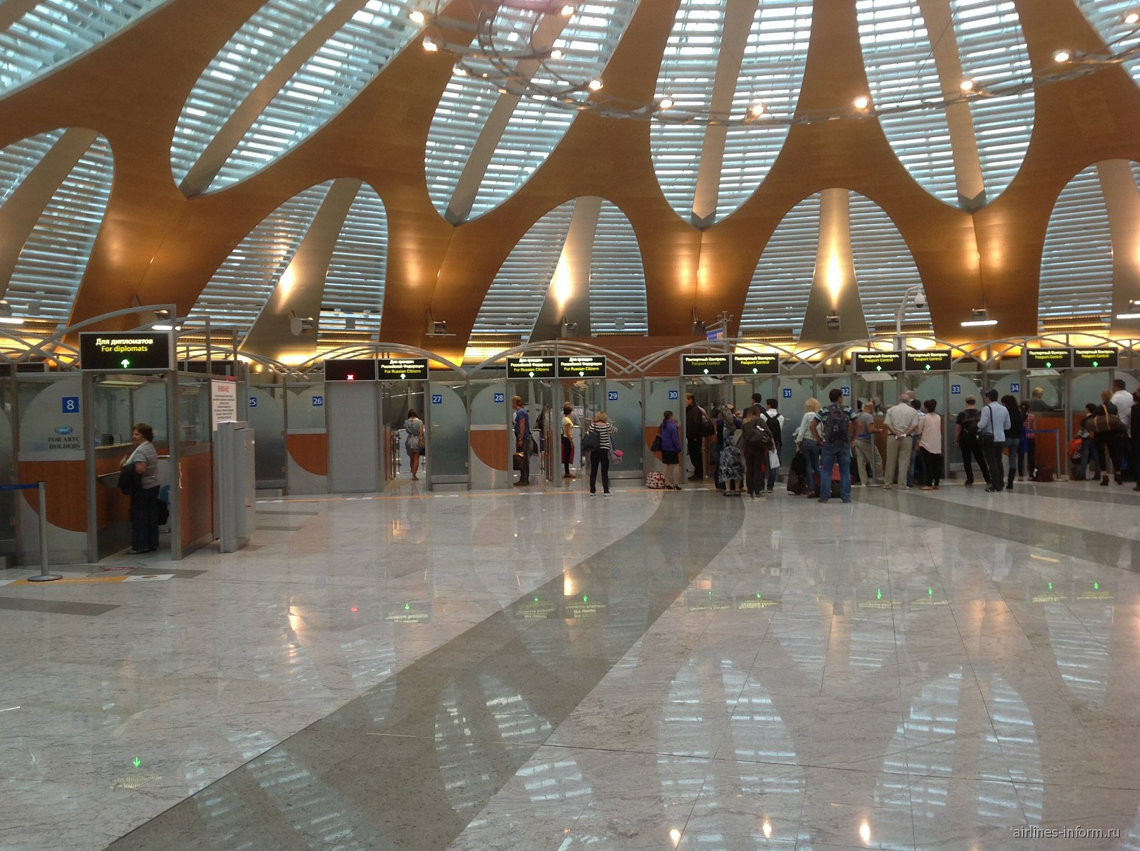 Кабинки пограничного контроля в терминале D аэропорта Шереметьево