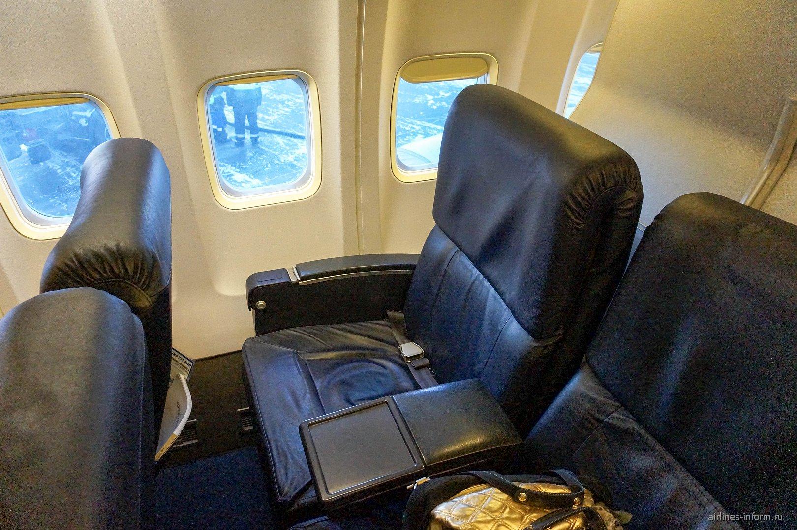 "Салон бизнес-класса в самолете Боинг-737-500 авиакомпании ""Белавиа"""