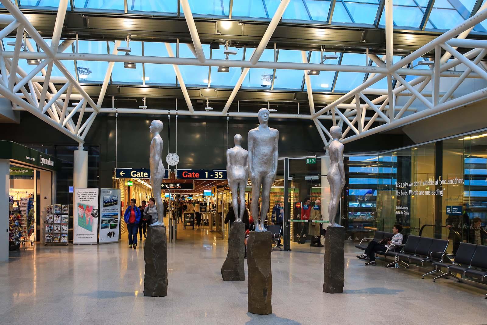 Скульптуры в аэровокзале аэропорта Кефлавик