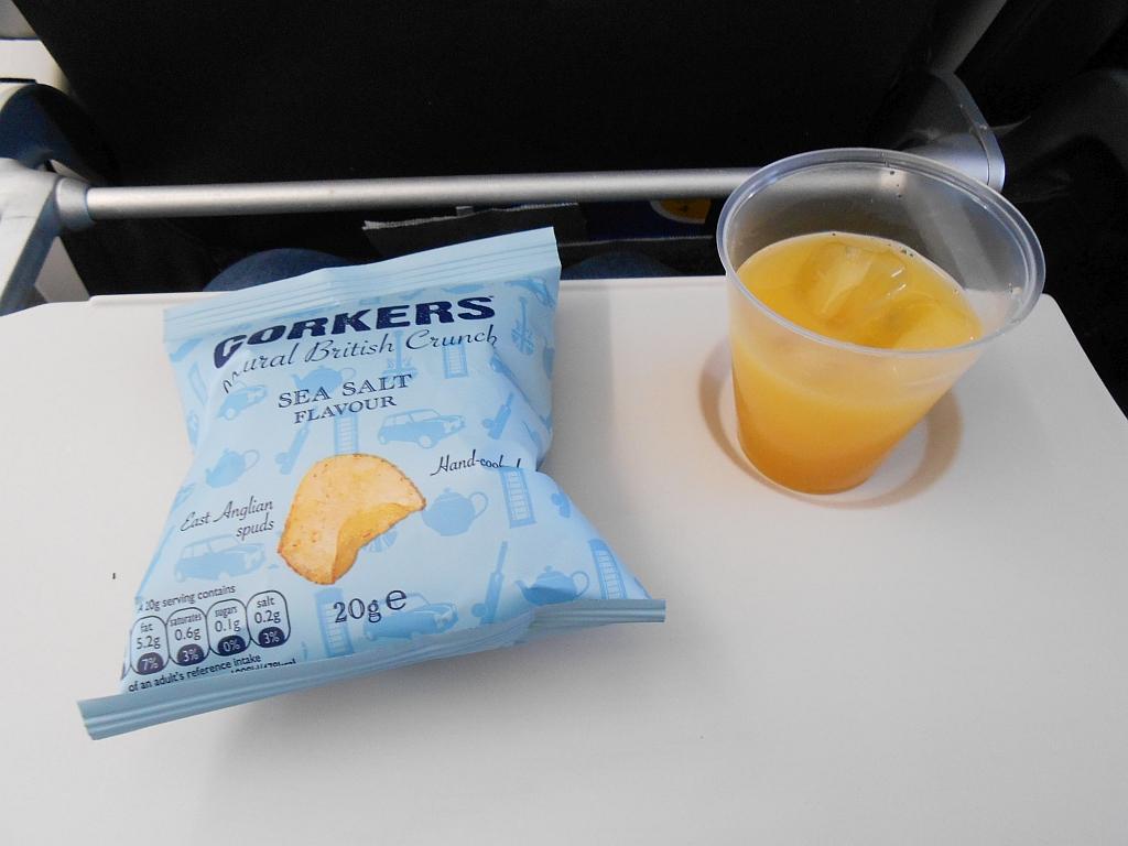 Чипсы и сок - питание на рейсе Британских авиалиний Берлин-Лондон