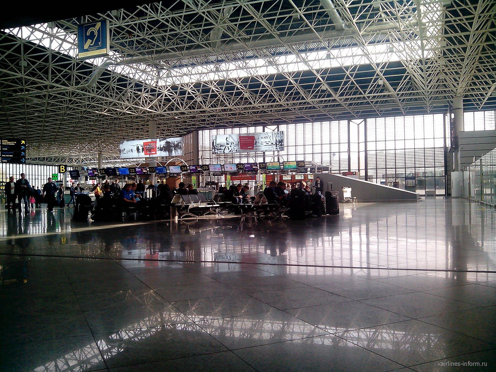 Зал регистрации на внутренние рейсы в аэропорту Сочи