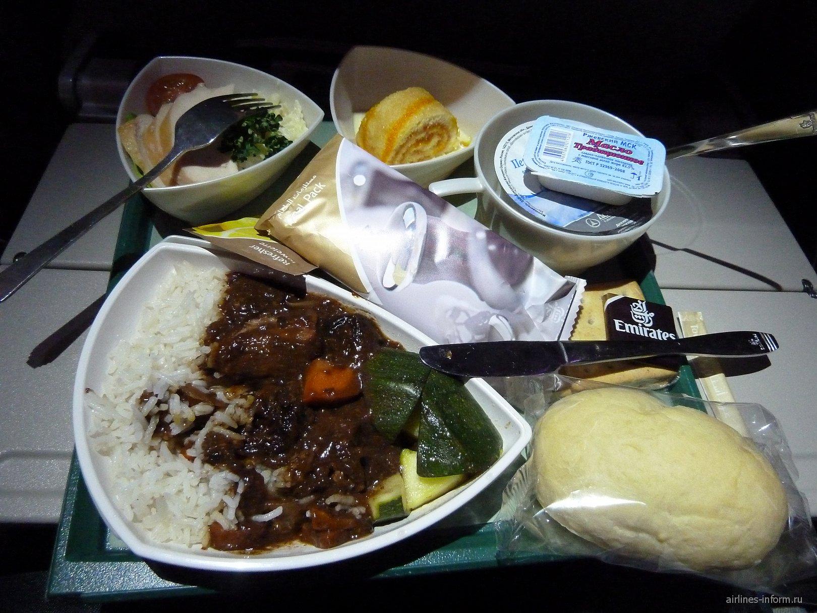 Питание на рейсе авиакомпании Emirates