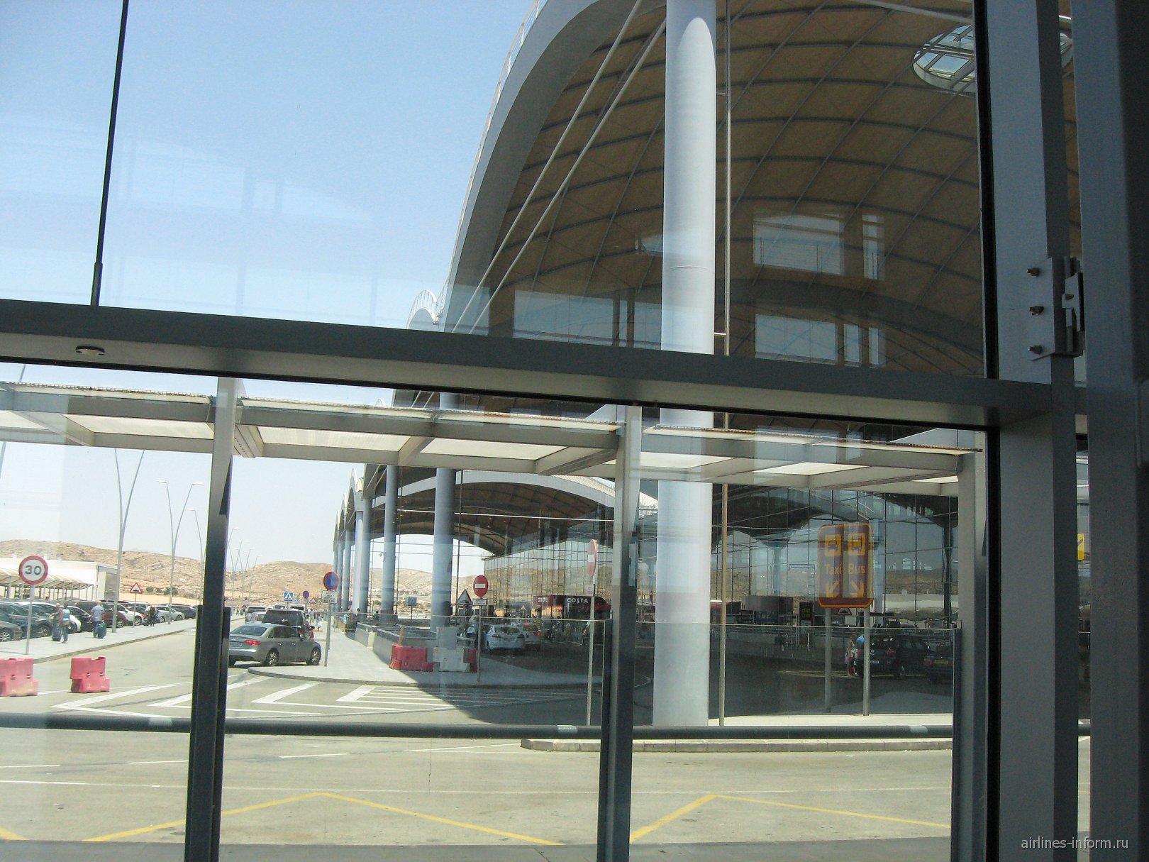 Вид на вход в аэропорт и парковку