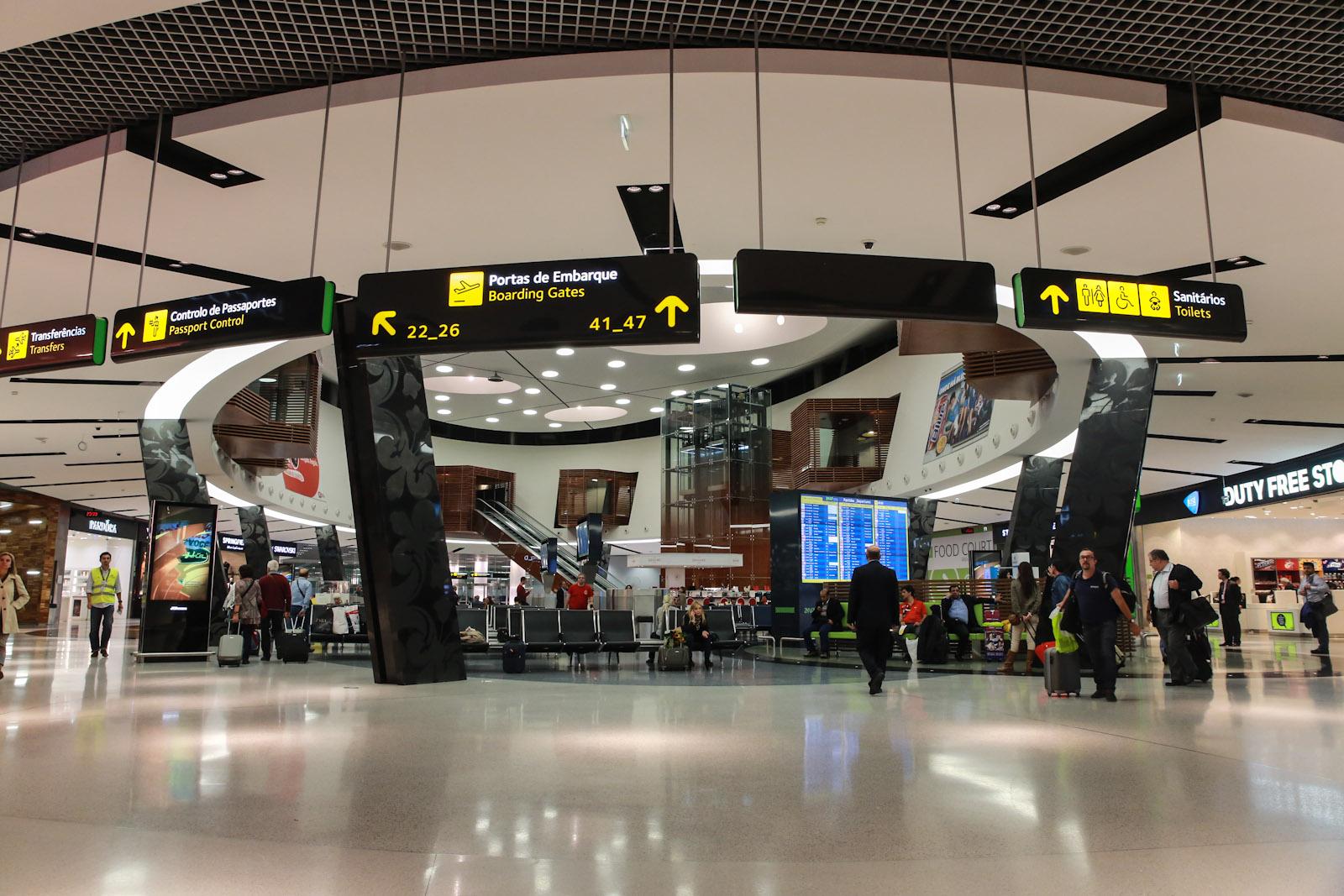В чистой зоне терминала 1 аэропорта Лиссабон Портела